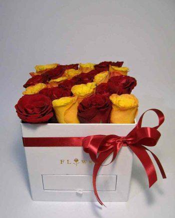 Box kocka sa crvenim i žutim ružama