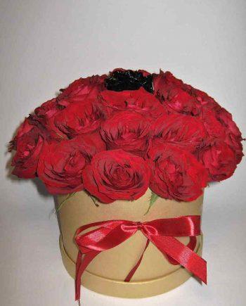 Box sa crvenim ružama i jednom crnom