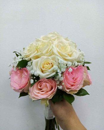Bidermajer sa roze i bež ružama i gipsofilom