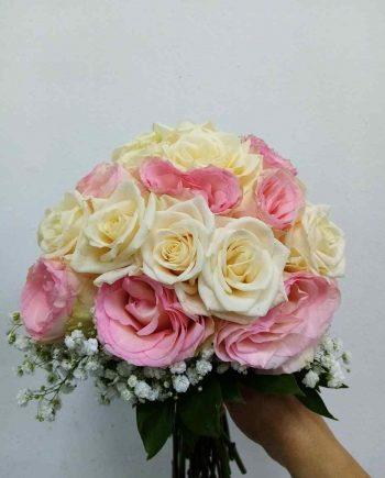 Bidermajer roze i bež ruže i gipsofil