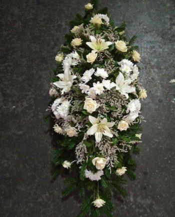 Suza sa belim ružama, hrizantemama i ljiljanom