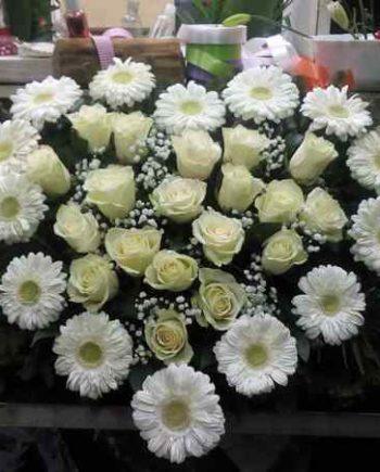 Suza srce sa belim ružama i gerberom
