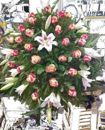 Venac sa roze ružama i orjental ljiljanima