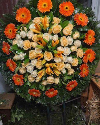 Venac sa narandžastim ružama, gerberom i ljiljanom