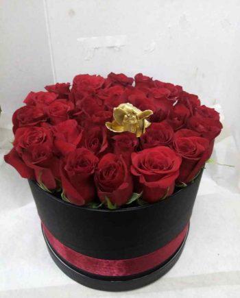 Box sa crvenim ružama i jednom zlatnom