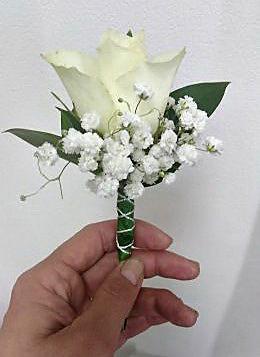 Cetić za rever bela ruža i gipsofila