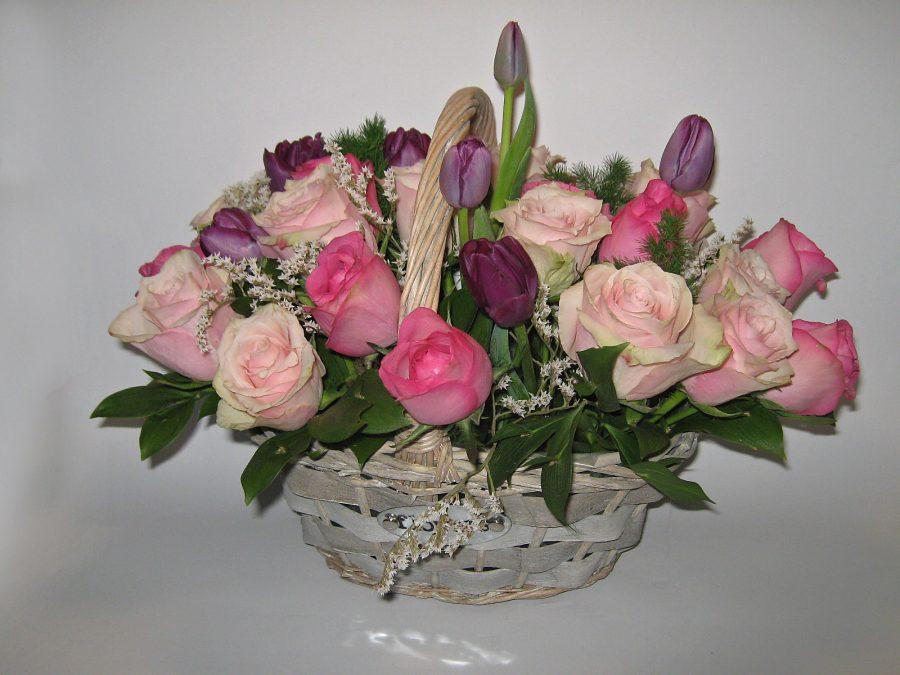 Korpa sa ružama i lalama
