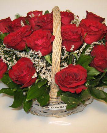 Korpa sa crvenim ružama
