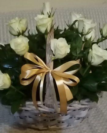 Korpa sa belim ružama