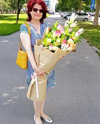 Buket sa ružama, lizijantusom I ljiljanom