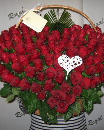 Korpa sa 101 ružom u obliku srca